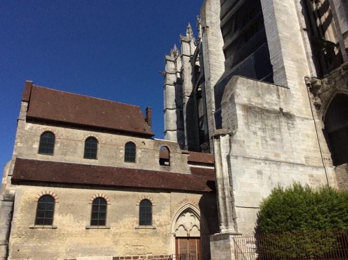 Links de Basse Oeuvre uit de tiende eeuw. Rechts de St. Pierre die ertegenaan is gebouwd. Foto: auteur.