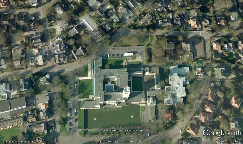 De situatie van het raadhuis in de omliggende villawijk. Foto: Google Earth.